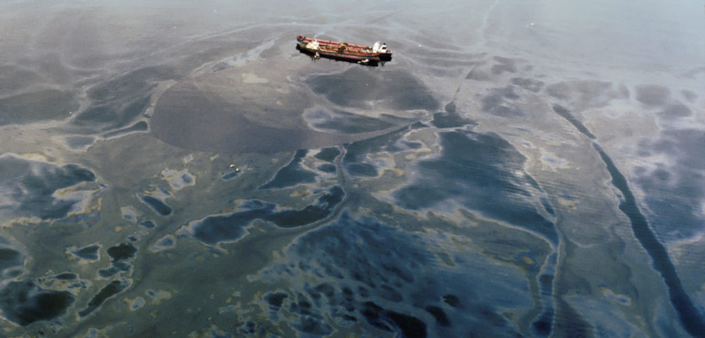 Picture of the damage that Exxon cause with the spilling of oil in the ocean, causing damages to the ocean life and the water environment.
